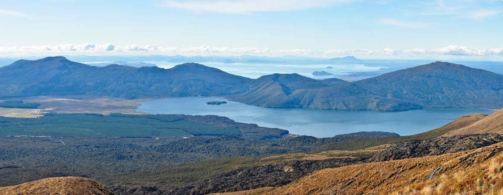 A Taupo-tó látványa a Tongariro túrán
