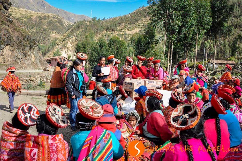 Quechua women waiting in Huilloc