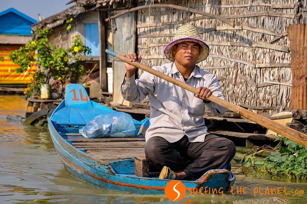 Man rowing in Kompong Luong