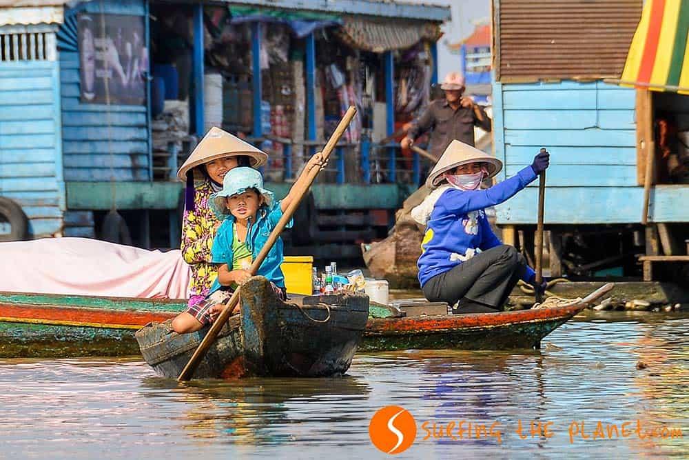Család a hajóban Kompong Luong