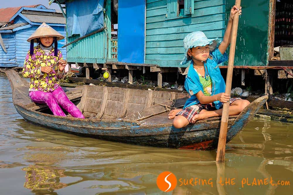 Gyerekek a hajóban Kompong Luong