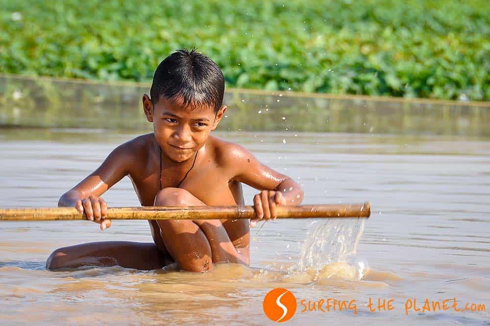 Kisfiú a vízben Kompong Luong