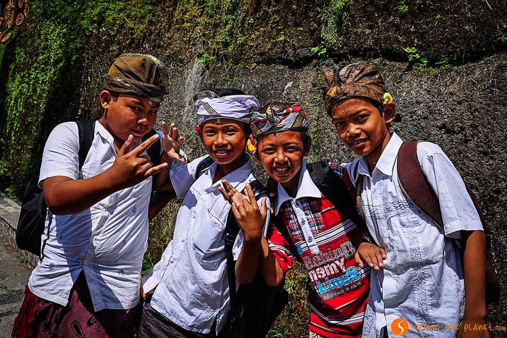 Bali Traditions: Children saying hello in Pura Gunung Kawi
