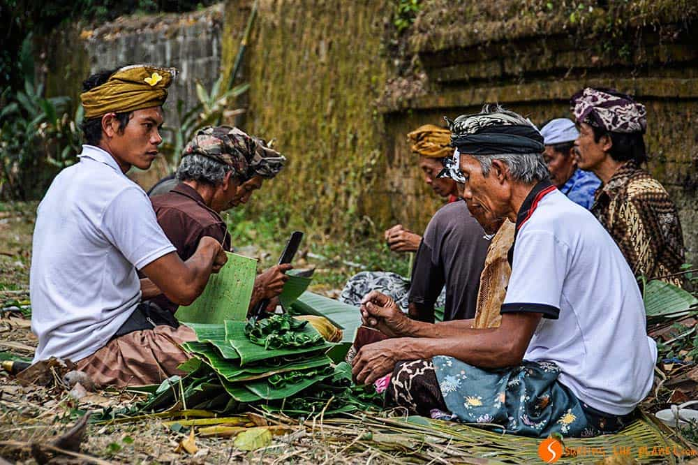Bali temples - Men working in Tirta Empul