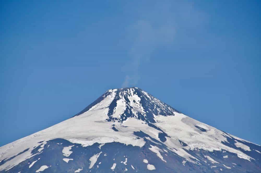 Volcán Villarrica emitiendo humos, Pucón, Chile