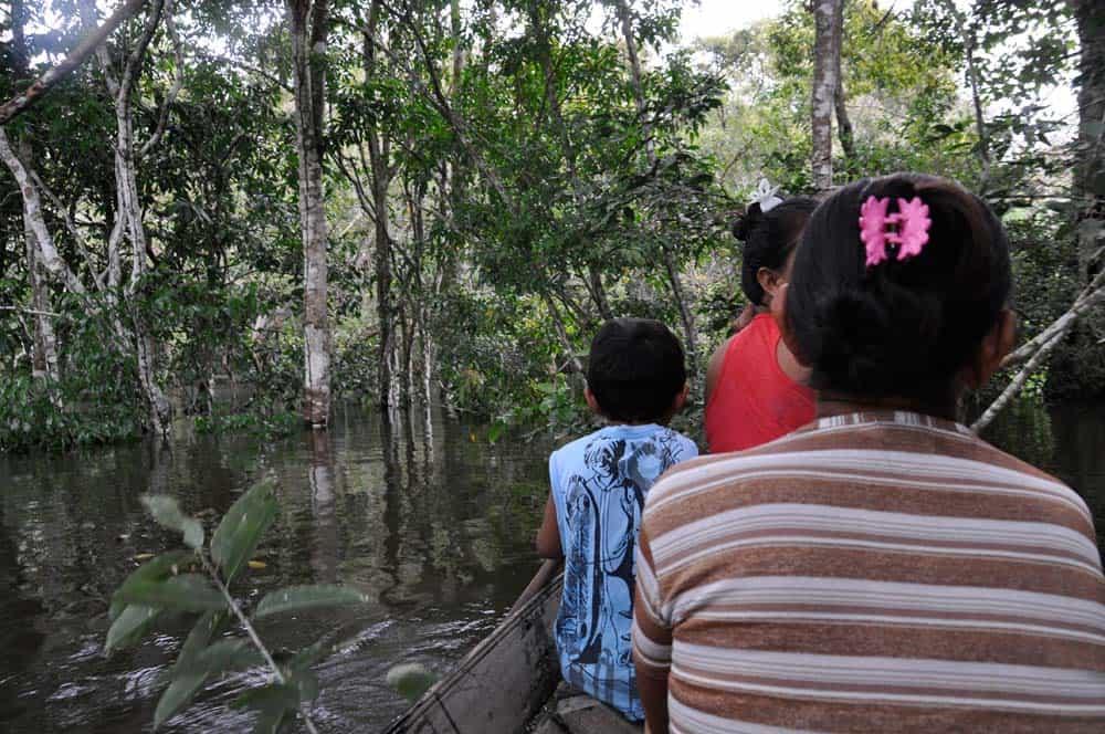 In canoa nella giungla innondata di Mirituba
