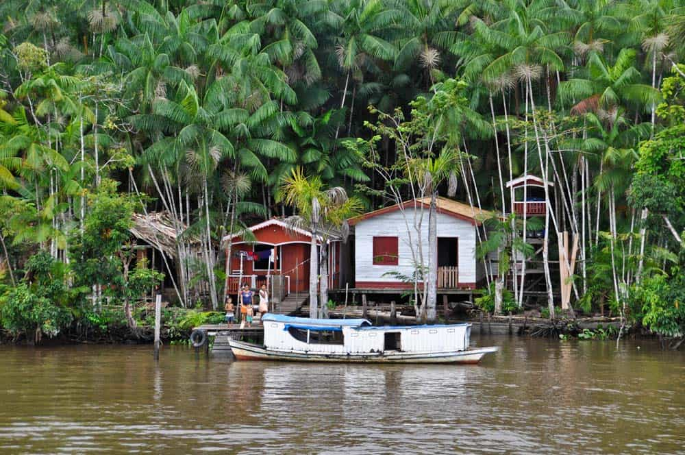 case lungo il fiume amazzonia