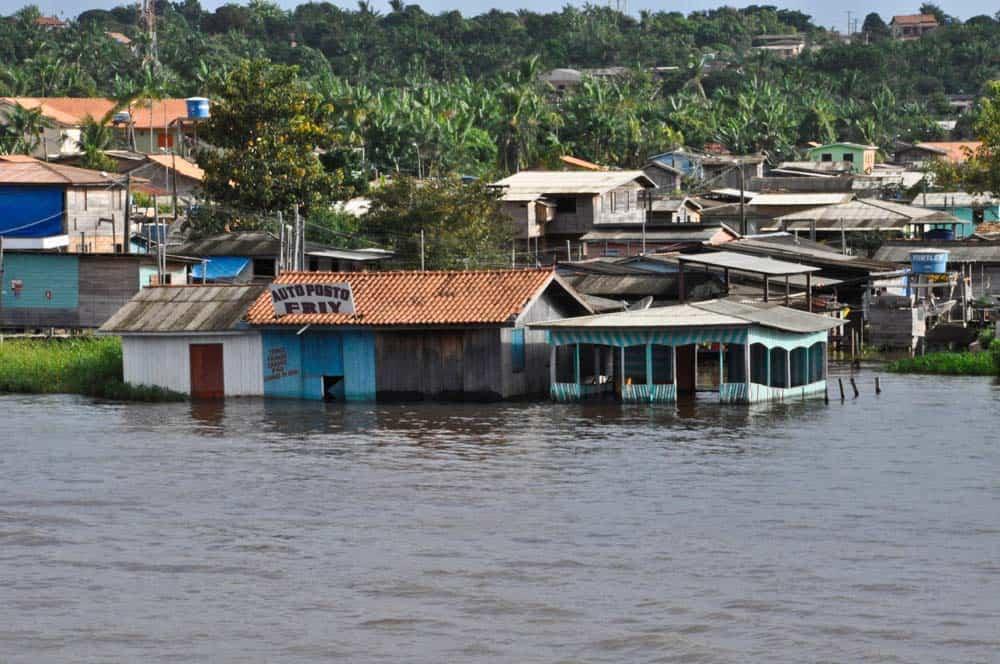 Elárasztott házak az Amazonas-folyó mentén