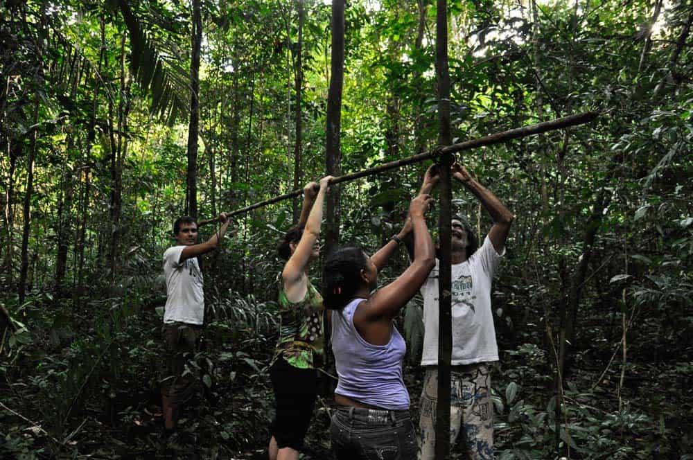 Preparandoci per dormire nell'amazzonia