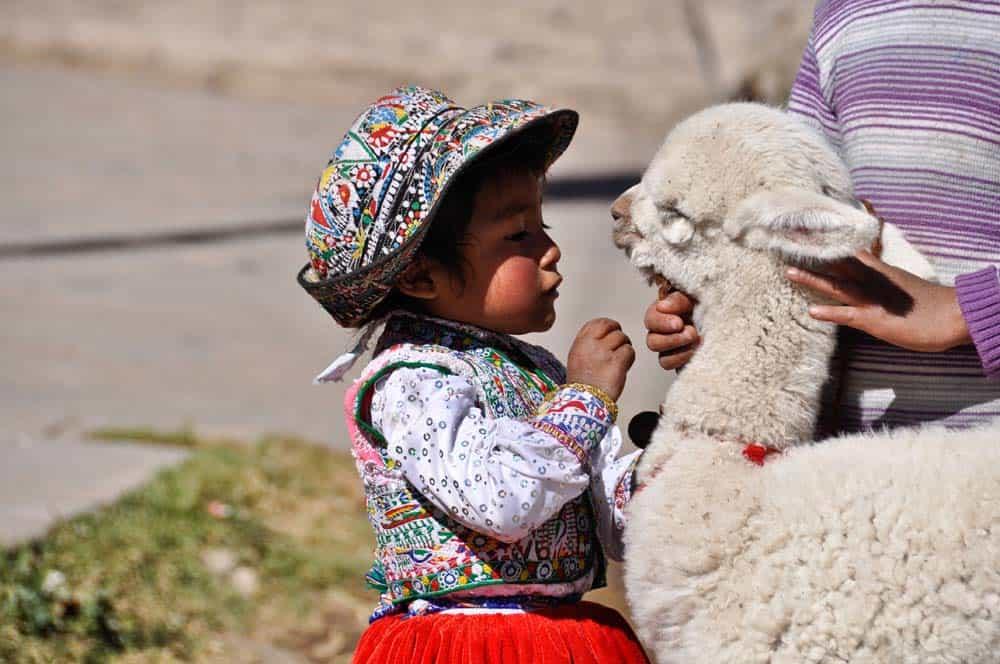 Népviseletbe öltözött kislány a Colca-kanyonban