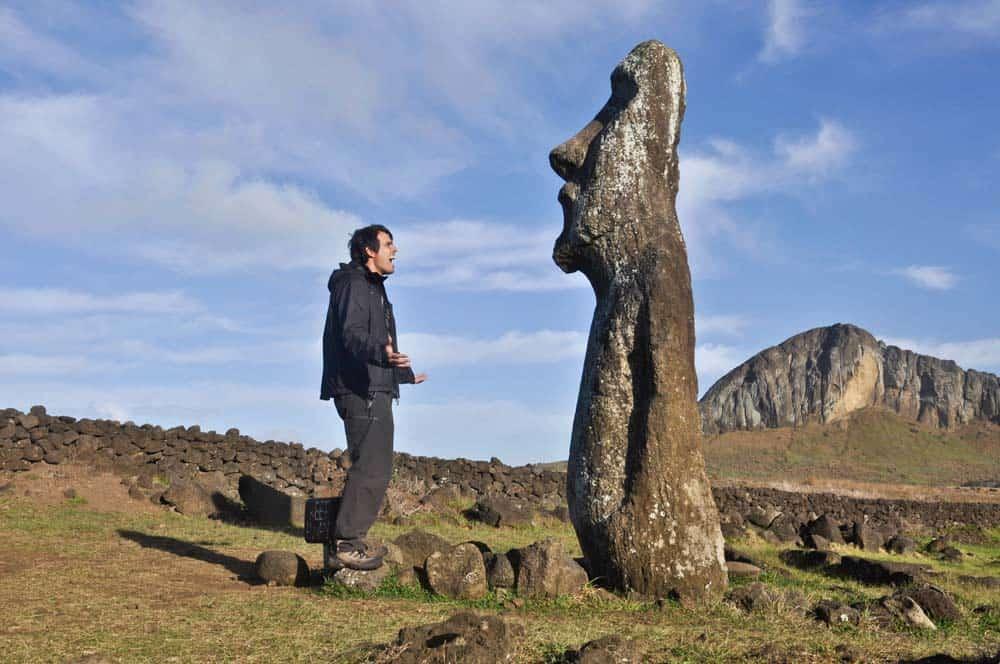 parlando con i moai isola di pasqua