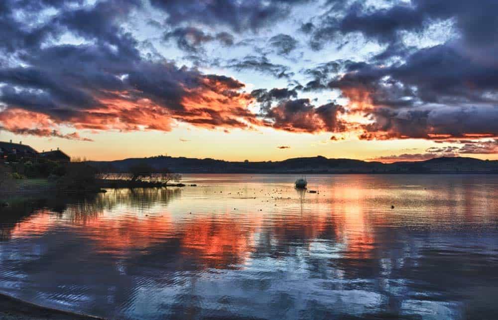 Tramonto nel lago taupo