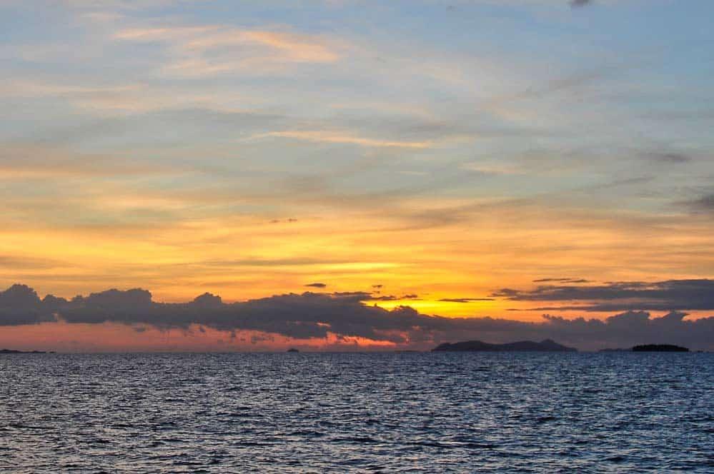 Spettacolare tramonto nell'isola di Bounty alle isole Figi