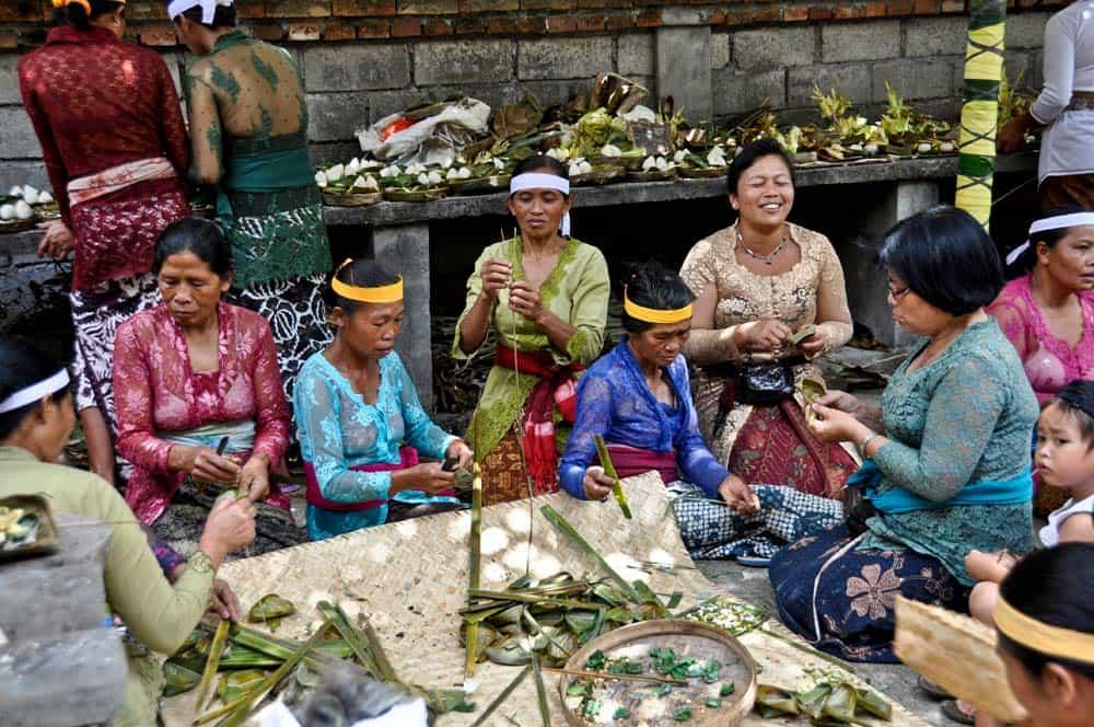 Donne preparando la festa della luna piena a Ubud, Bali | Viaggio Indonesia