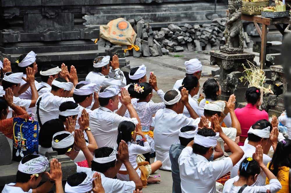 Rezar en el templo de Pura Besakih, Bali, Indonesia
