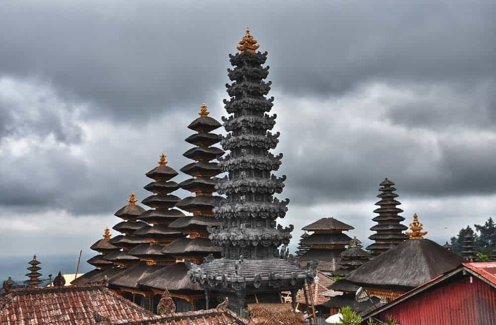 I tetti del tempio di Pura Besakih vicino a Padang Bai a Bali | Viaggio Indonesia