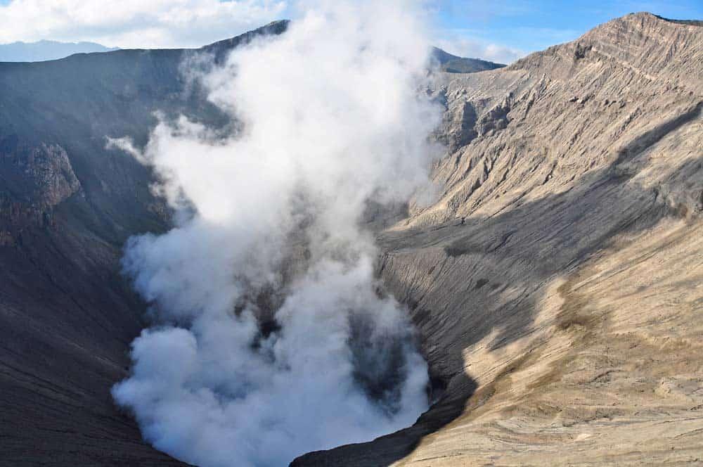 Humos saliendo del cráter, Monte Bromo, Indonesia