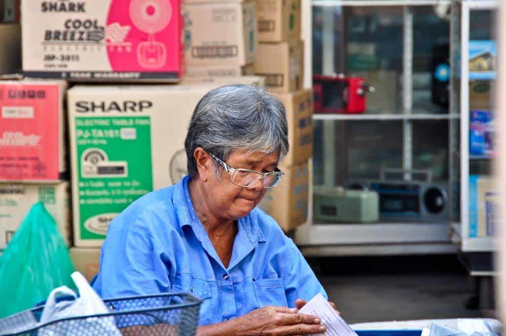 Señora trabajando en la calle, Lopburi, Tailandia