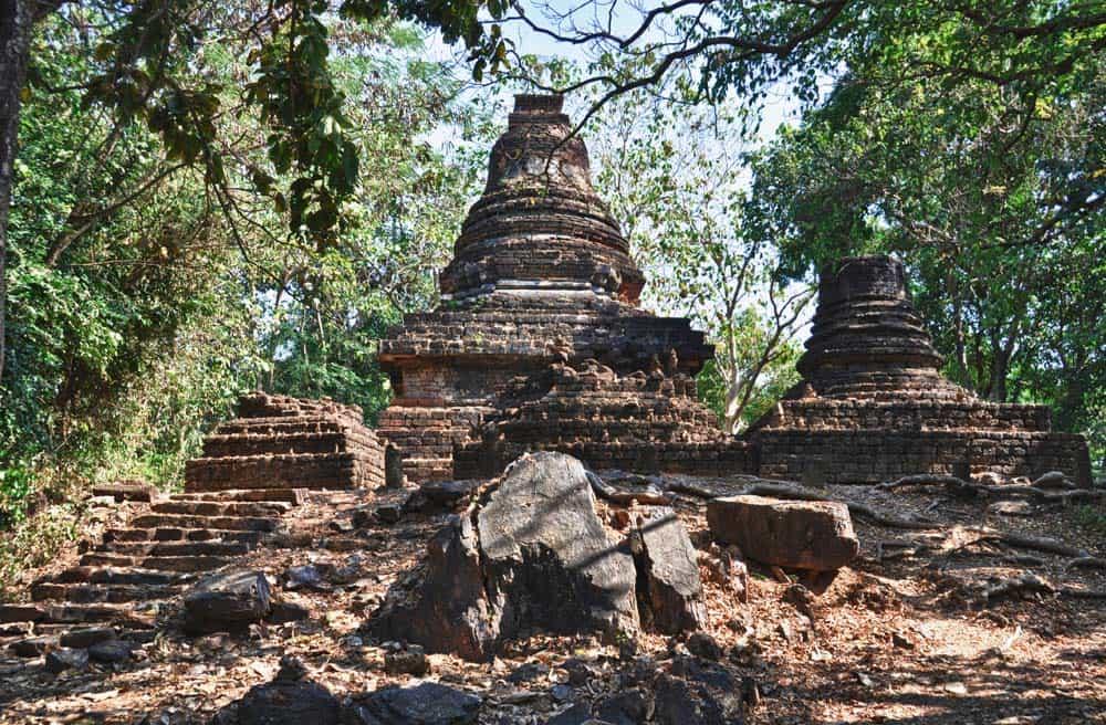 Templo budista en el bosque del parque histórico de Si Satchanalai