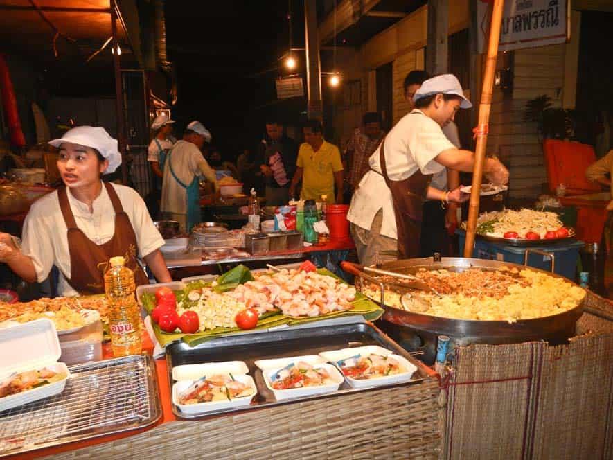 Puesto de comida en el mercado de domingo, Chiang Mai, Tailandia