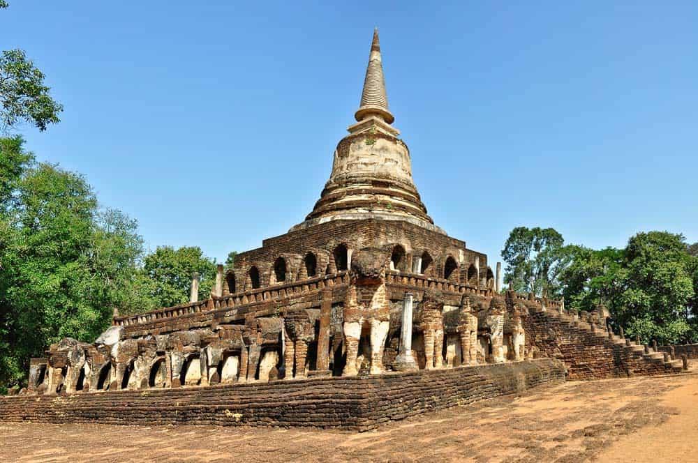 Templo con elefante en el parque histórico de Si Satchanalai