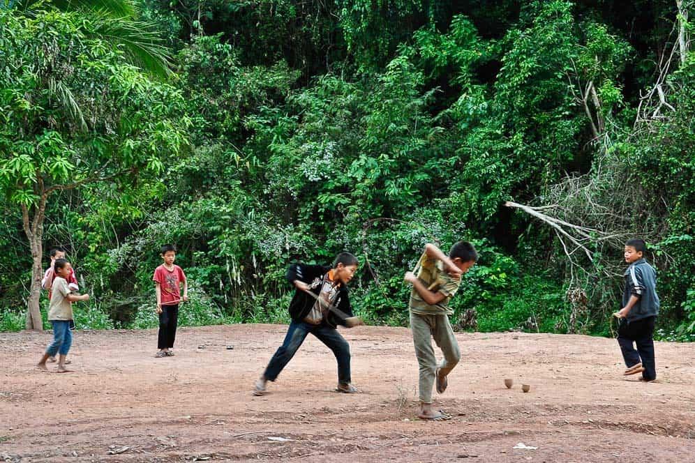 Giocando alla Peonza in Laos