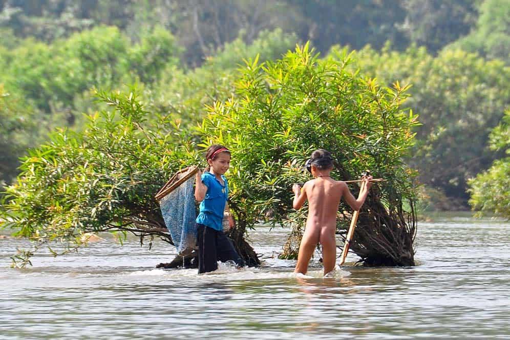 Bambini pescanbdo lungo il fiume Nam Ou