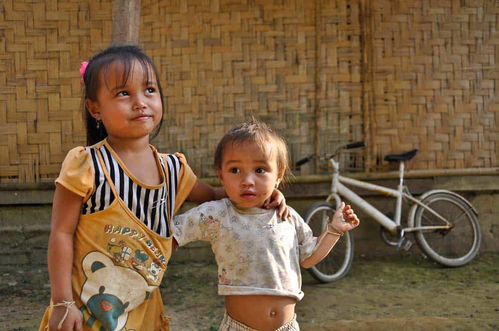 Bambini nel viallaggio Banna in Laos