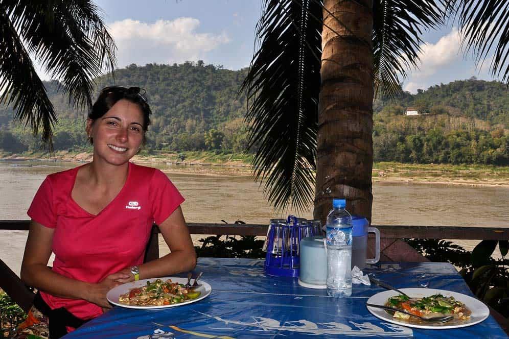 Mangiando sulle sponde del fiume Mekong in Laos