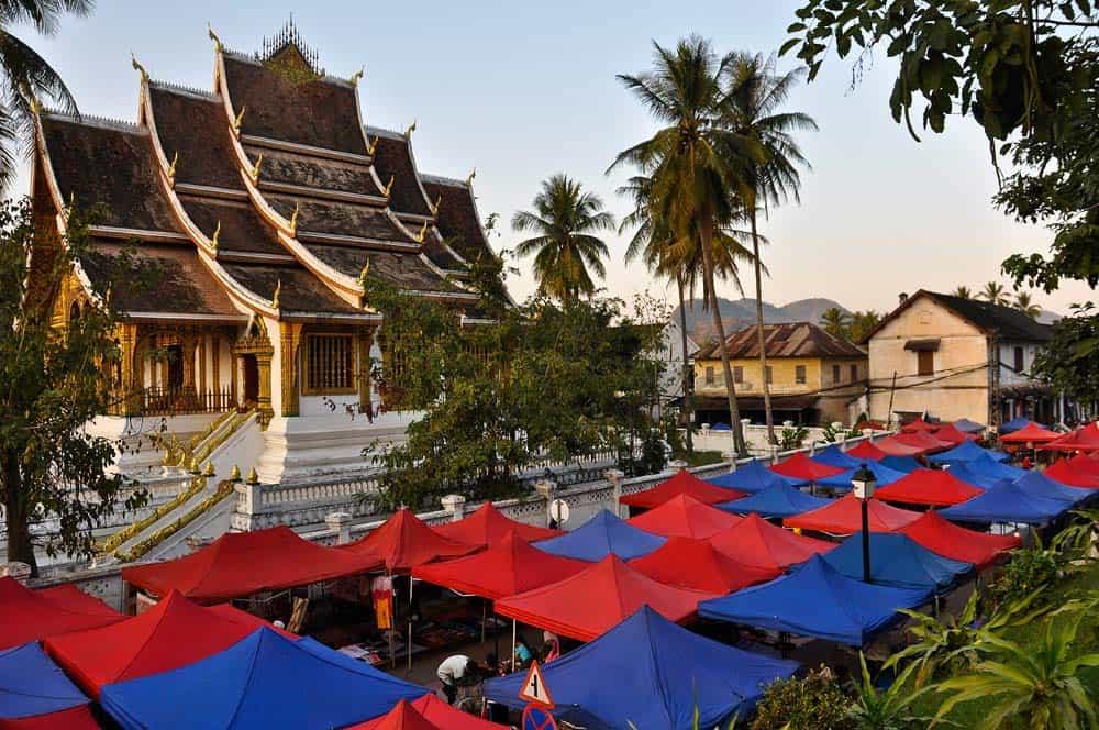 Tempio buddista e mercato notturno a Luang Prabang Laos