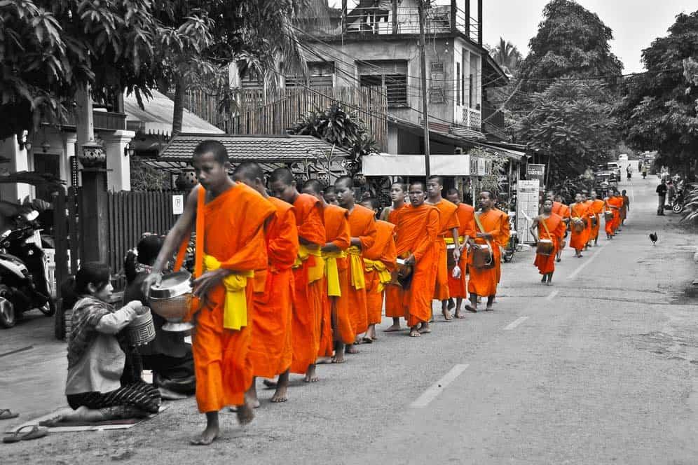 Monaci chiedenfo offerte a Luang Prabang Laos
