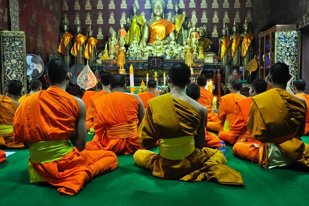 Monaci buddisti pregando a Luang Prabang Laos