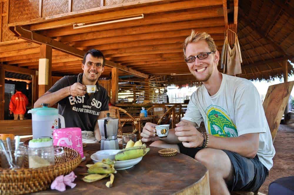 Bevendo caffé nelle piantagioni di caffé in Laos