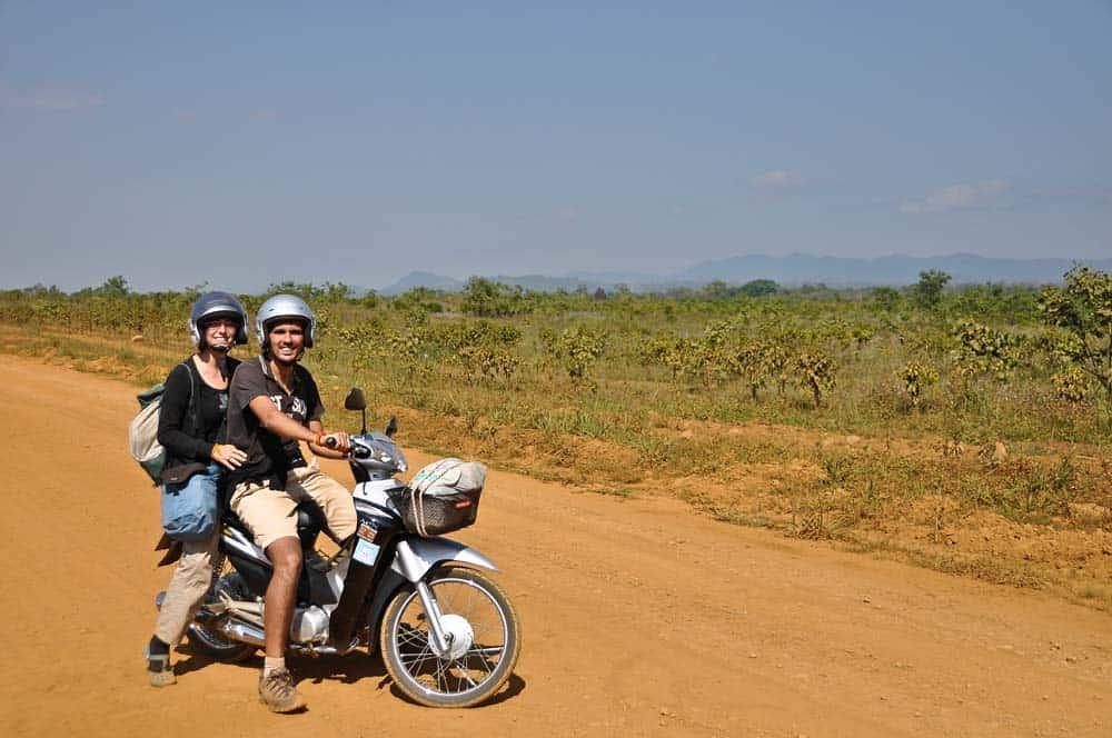 In motorino tra le piantagioni di caffè in Laos
