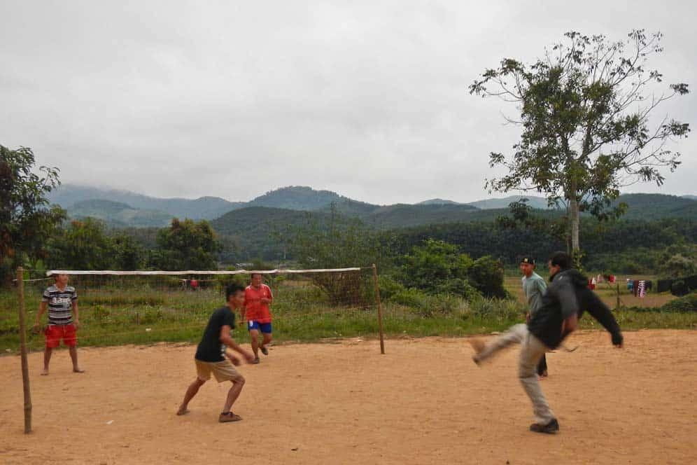 Giocando a Sepak Takraw a Luang Nam Tha in Laos