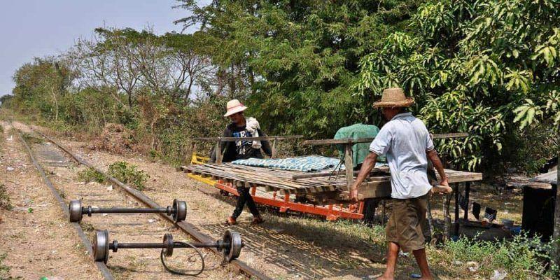 Montando en tren de bambu - Battambang Camboya