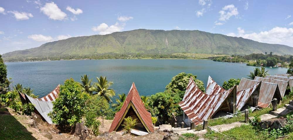 Paesaggio del lago Toba con case batak a Sumatra | Viaggio Indonesia