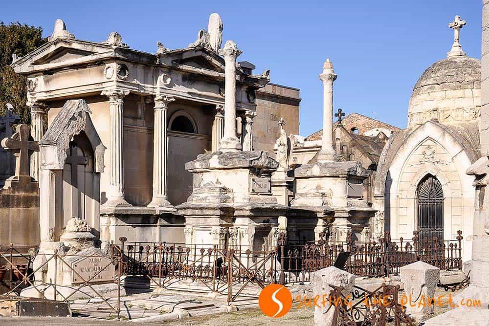 Criptas y monumentos en el cementerio de Poblenou