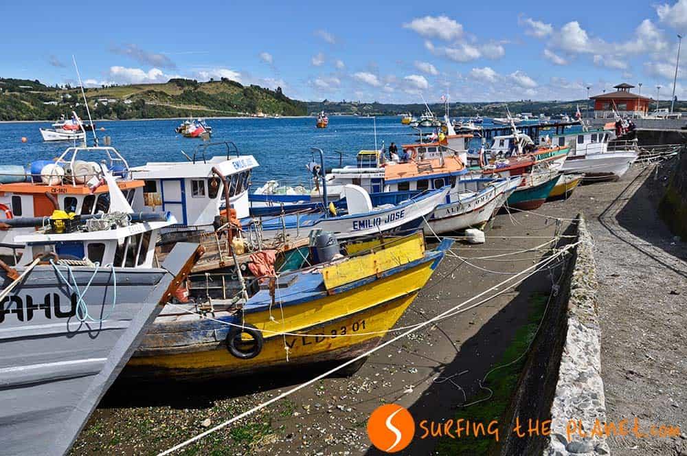 Barcos esperando en la isla de Chiloé