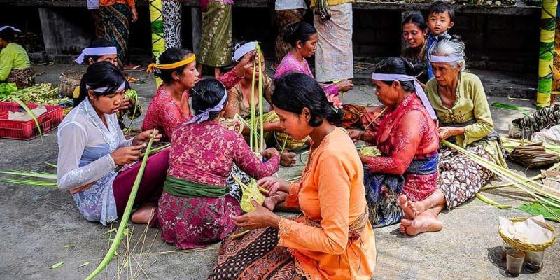 Mujeres preparando decoraciones para la fiesta de la luna Bali Indonesia