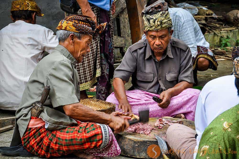 Gli uomini preparano piatto tipico per la festa della luna Bali Indonesia