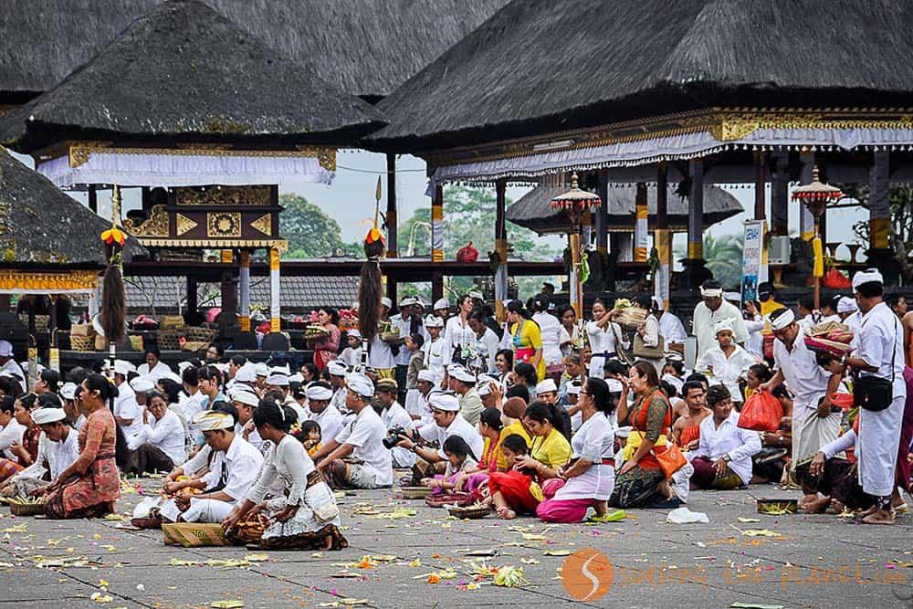 Pregando nel tempio di Pura Besakih Bali Indonesia