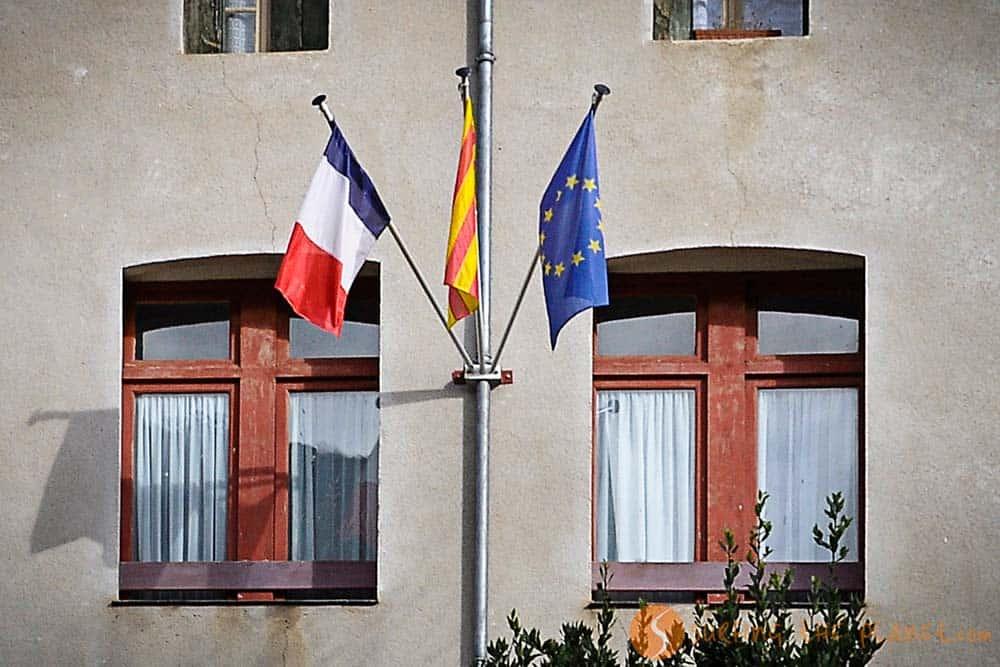 Alrededores Perpignan - bandera catalana y francesa en el ayuntamiento