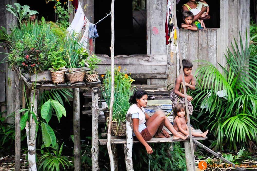 Una familia en una aldea inundada - Viaje al Amazonas