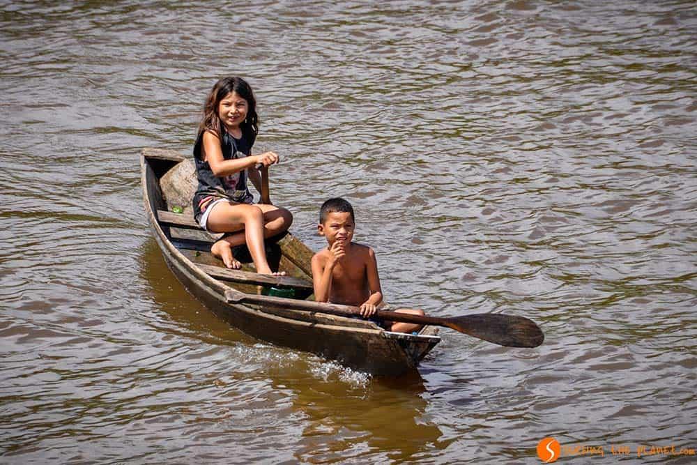 Niños en una canoa en el Amazonas