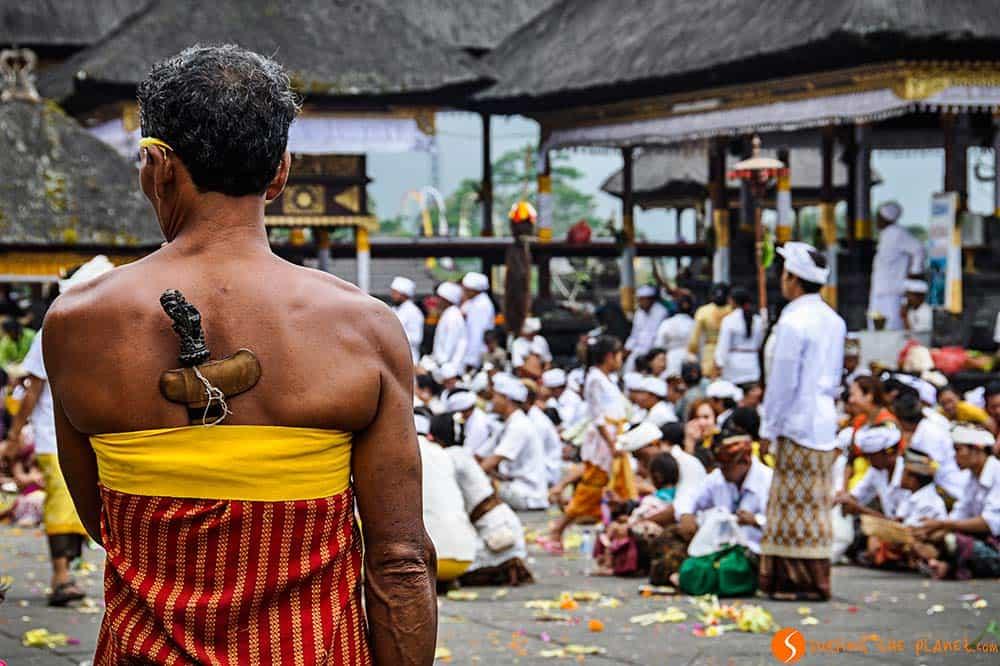 Los templos de Bali - gente celebrando la luna llena