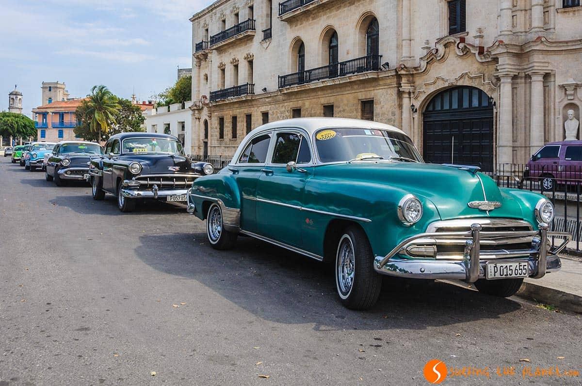 Coche antiguo en la Habana vieja. Que ver en La Habana.