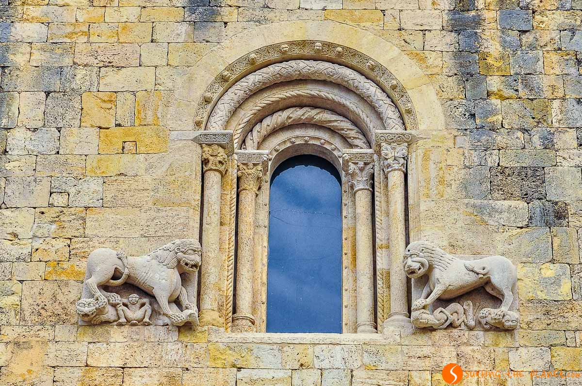 Leones, Monasterio Sant Pere, Besalú, Cataluña, España