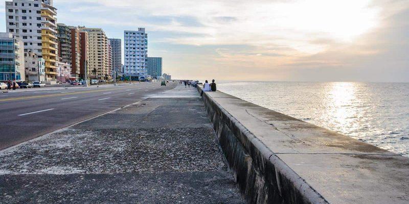 Puesta de sol desde el Malecon de La Habana en Cuba