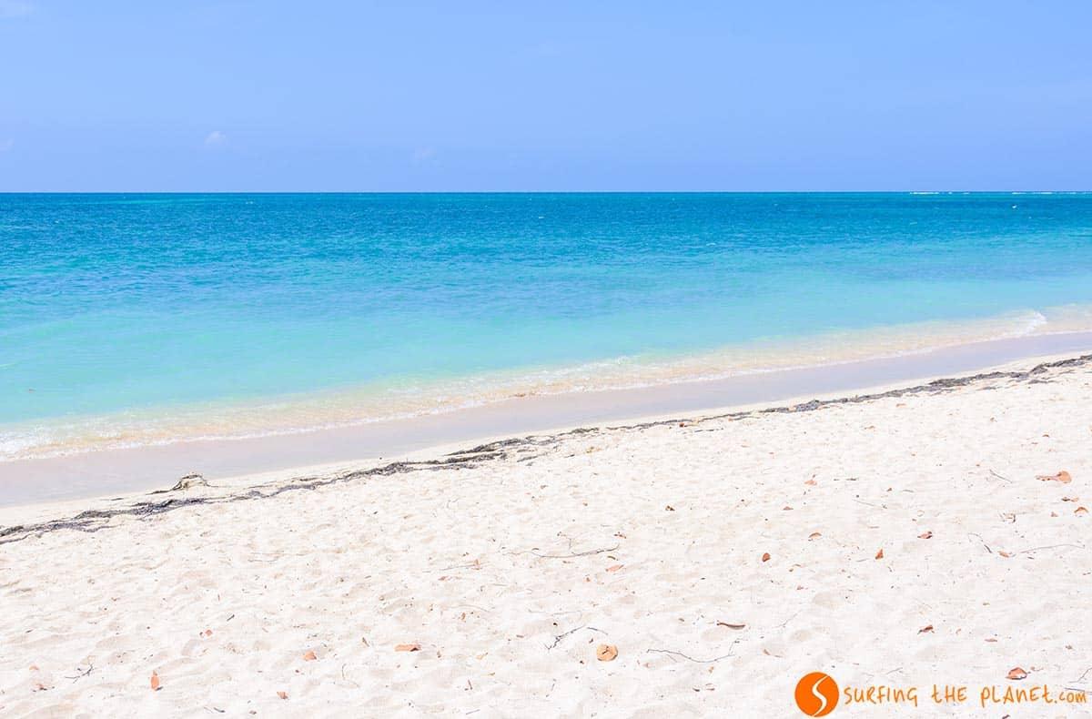 Mar azul en Playa Ancón, Cuba